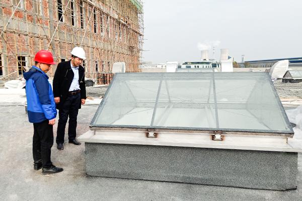 麦克威总经理指导成都巴莫科技不锈钢电动排烟采光天窗项目